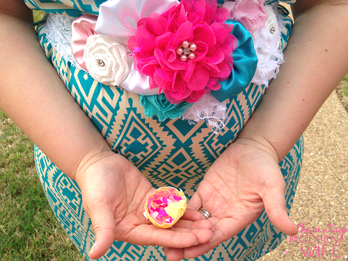 This gender reveal sash and confetti egg are the perfect way to be festive at a gender reveal party. Love this picture from The Vintage Modern Wife.