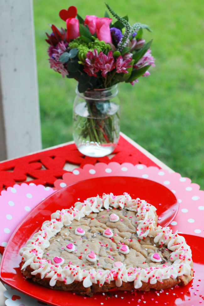 Want to surprise the love of your life with a fun dessert for Valentine's? This is the Best Valentine's Cookie Cake Ever and one that will win over the heart of anyone that you are looking for cupid's arrow to hit! #heb #sponsored