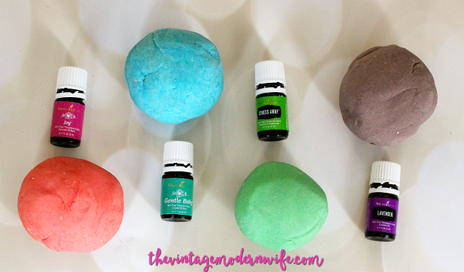 This essential oil play doh recipe is AMAZING and so easy to do. Plus, I love that she used oils safe for kids! This recipe is fantastic!